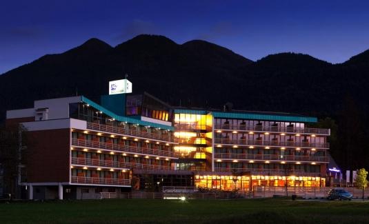 Zelena-zgradba-Bohinj Park ECO Hotel-dusk